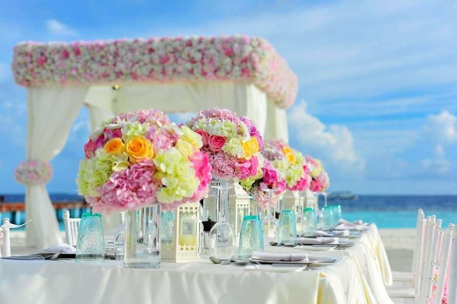 Planning a wedding becomes easy with these 10 tips.